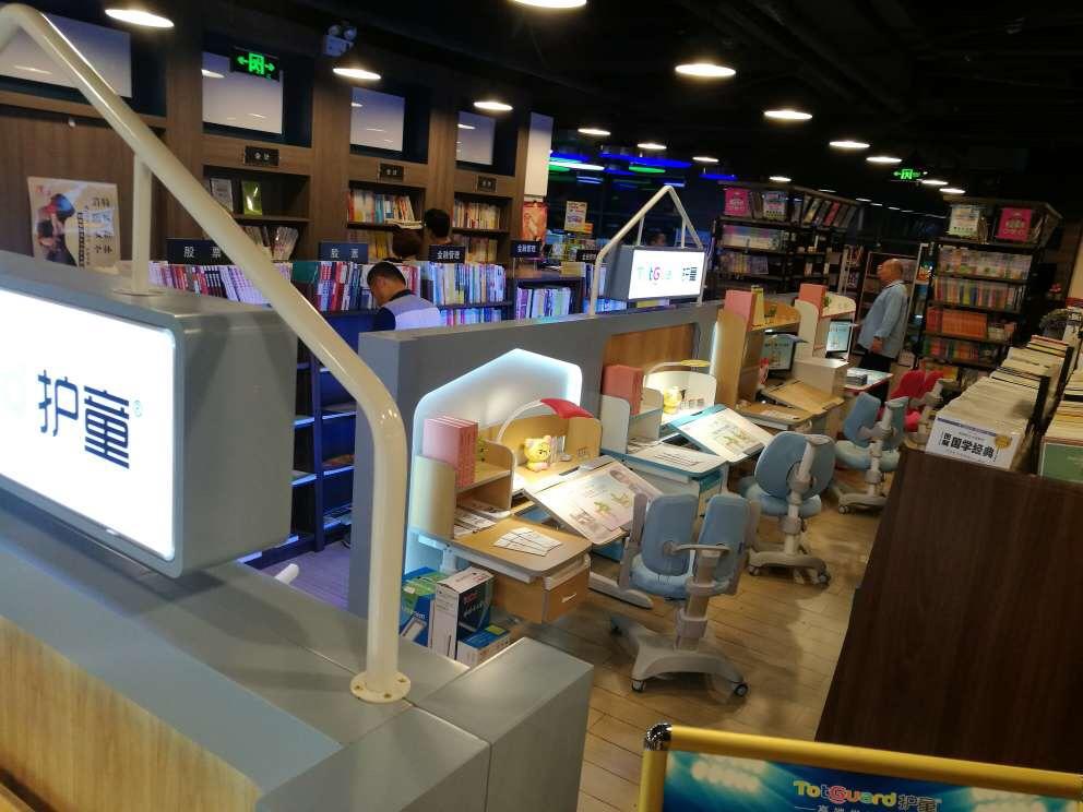 热烈祝贺护童第1422家上海新华书店平高店护童专柜盛大开业!